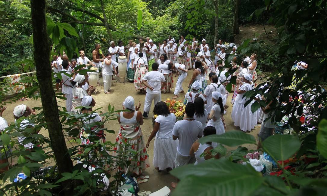 Abrigo espiritual: adeptos de religiões afro-brasileiras se reúnem no Parque Ecológico dos Orixás, em Magé Foto: Domingos Peixoto /