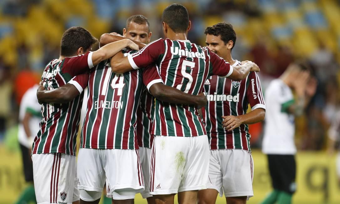 Festa tricolor após o gol de Elivélton Foto: Guito Moreto / Agência O Globo