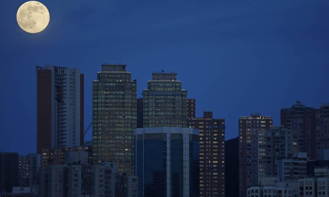 Lua nasce no céu de Hong Kong Vincent Yu / AP