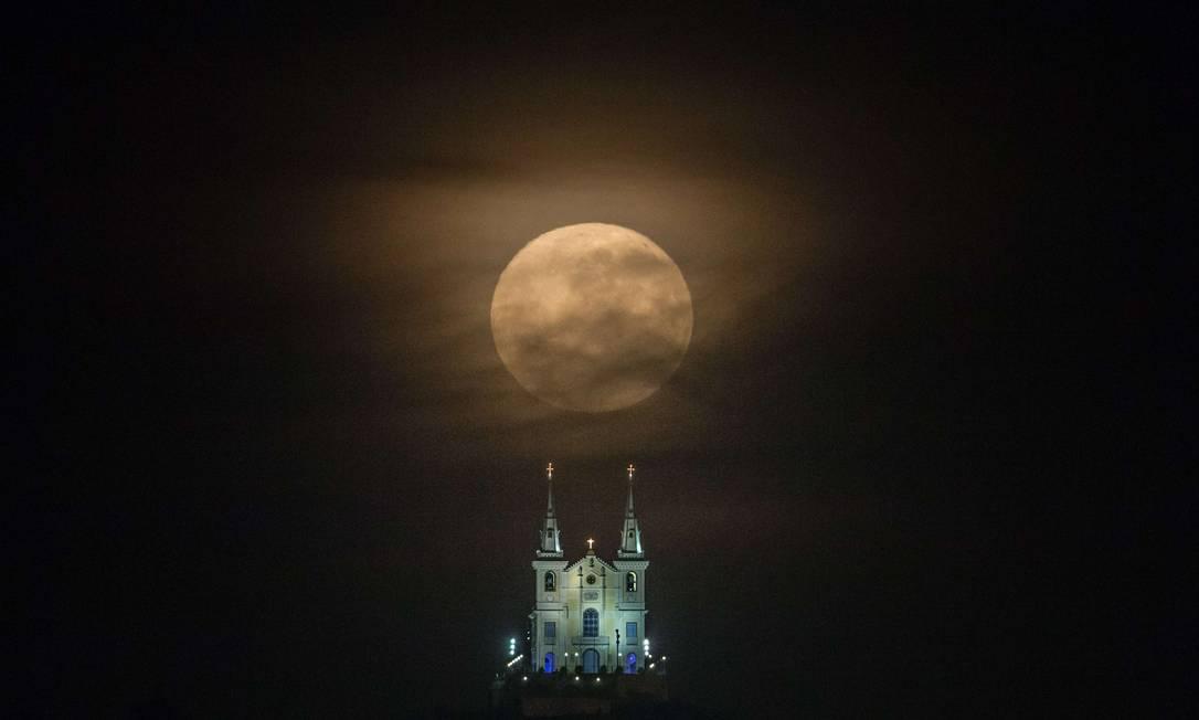 Lua cheia e Igreja Nossa Senhora da Penha, no Rio YASUYOSHI CHIBA / AFP