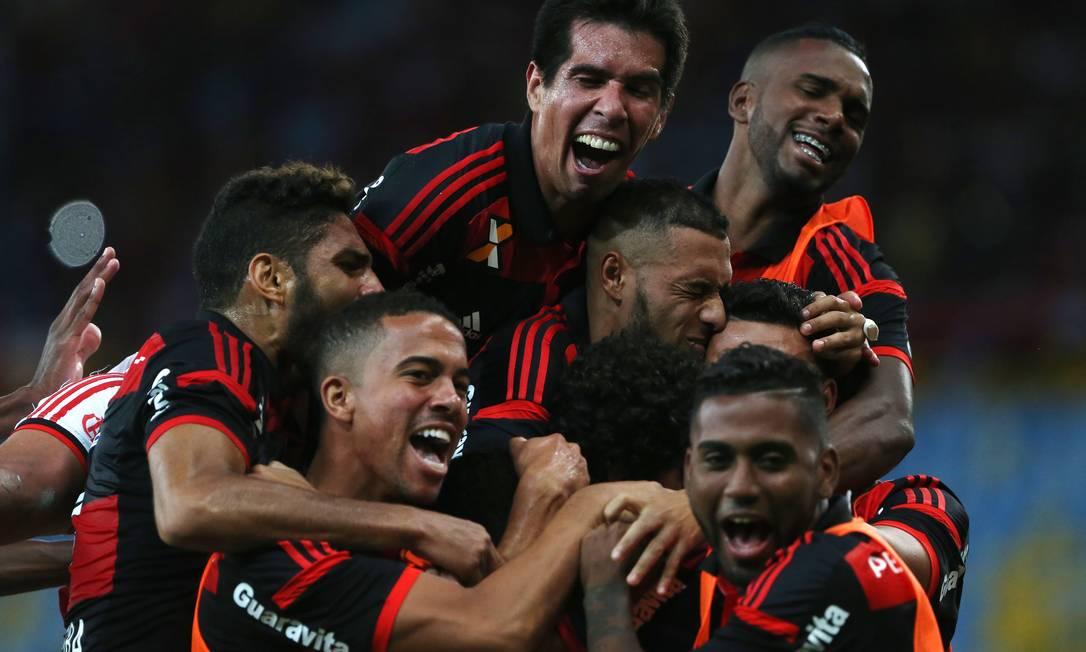 Jogadores do Flamengo festejam a vitória sobre o Sport: alívio por não segurar mais a lanterna do Brasileiro Foto: Rafael Moraes / Agência O Globo
