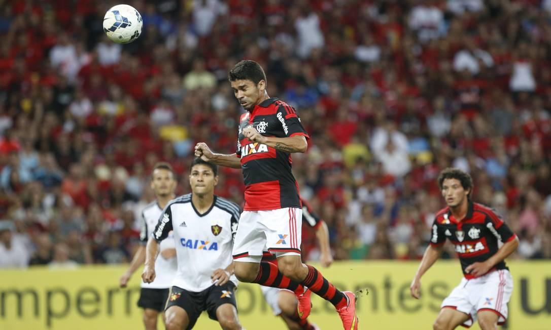O lance do gol do Flamengo sobre o Sport: Eduardo da Silva sobe de cabeça e marca Foto: Ivo Gonzalez / Agência O Globo