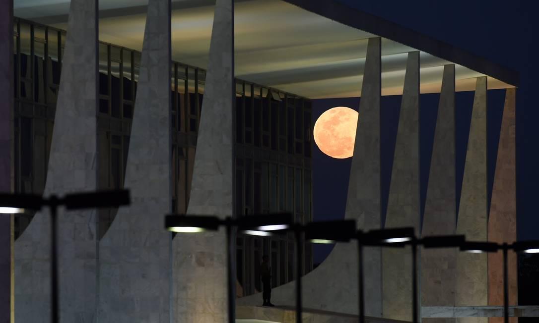 O satélite visto entre as colunas do Palácio do Planalto, em Brasília Evaristo Sá / AFP