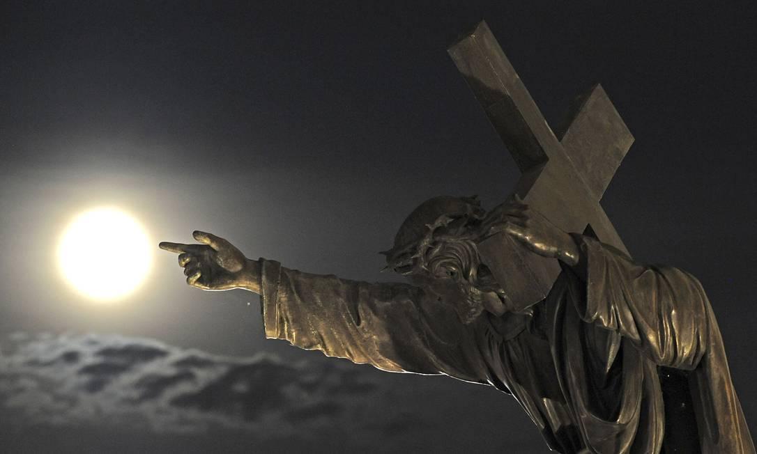 Também na Varsóvia, uma estátua de Jesus Cristo 'aponta' para a superlua Alik Keplicz / AP