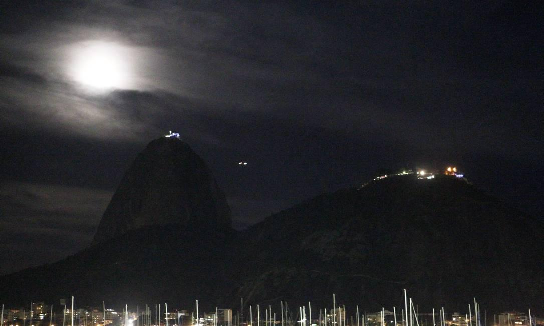 A superlua na Enseada de Botafogo, com o Pão de Açúcar Gustavo Miranda / Agência O Globo