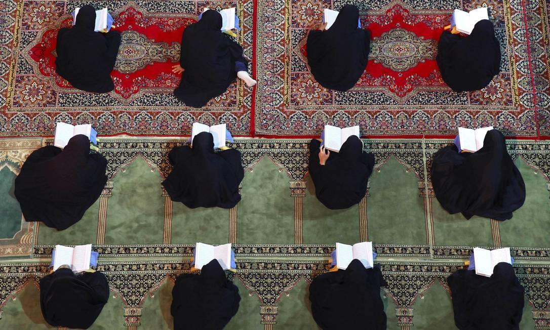 Iranianas recitam versos do Alcorão no templo de Mohammad Helal Ibn Ali, em Aran Foto: Vahid Salemi / AP