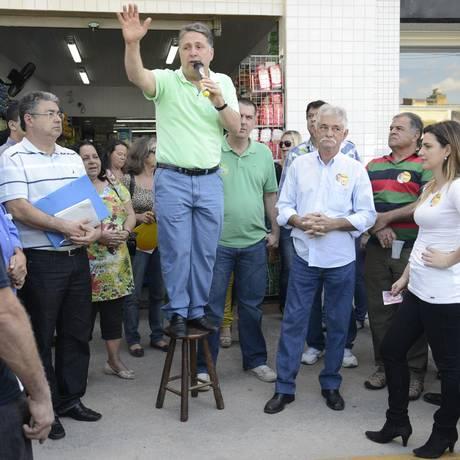 Anthony Garotinho (PR) cumpriu agenda no interior do estado. Em caminhada por Macuco, o candidato afirmou que, caso seja eleito, vai acabar o pedágio da RJ-116, rodovia que liga Itaboraí a Macuco Foto: Inácio Teixeira / Divulgação