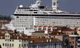 O MSC Musica contrasta com as construções históricas de Veneza, na Itália, onde esse tipo de embarcação não poderá mais atracar