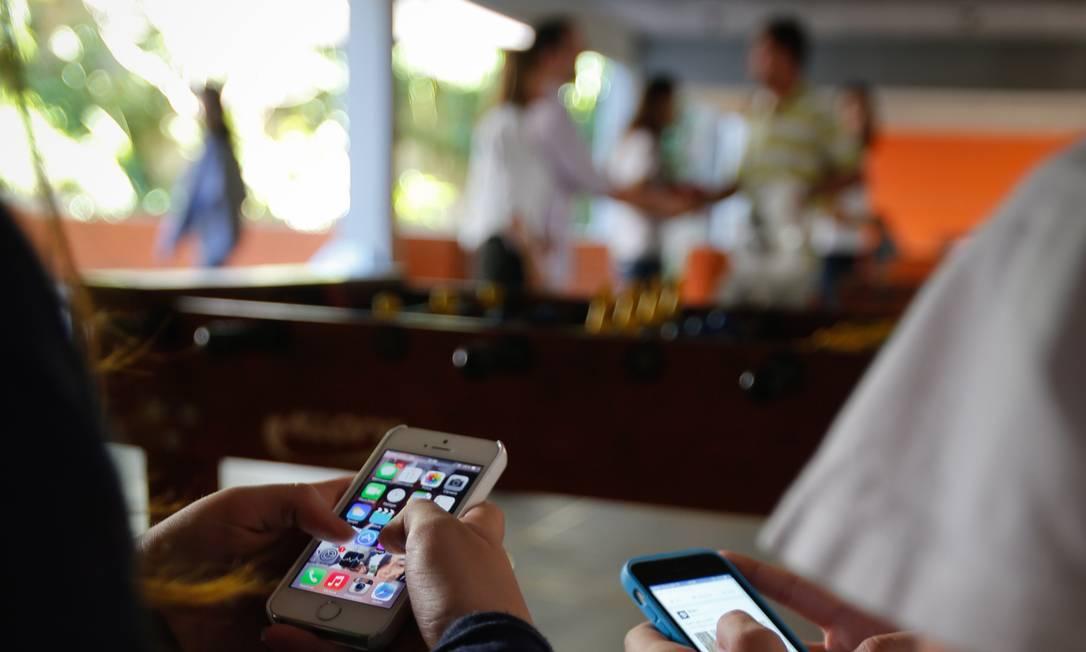 Febre digital da vez. Alunos do Colégio Andrews com os seus celulares: uso do app Secret virou tema de discussão na escola Foto: Alexandre Cassiano / Agência O Globo