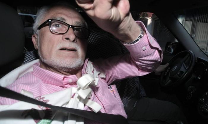 NA imagem, Genoino é flagrado a caminho da prisão após o STF determinar a execução das penas dos envolvidos no escândalo do mensalão Foto: Eliaria Andrade / O Globo