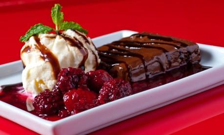 Manekineko: brownie com glaze de frutas vermelhas e sorvete de baunilha Foto: Divulgação/Frederico de Souza