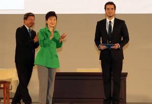 Artur Ávila recebe Medalha Fields das mãos da presidente da Coreia do Sul, Park Geun-Hye Foto: The Seoul ICM 2014 / AFP
