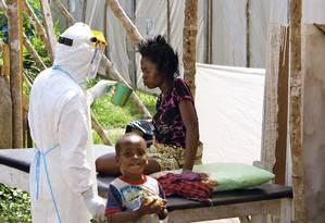 Profissional de saúde oferece água a paciente em Kenema, Serra Leoa Foto: Unicef / Agência O Globo