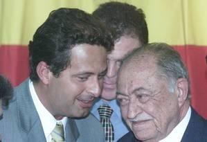 Eduardo Campos (à esquerda) conversa com seu avô, o então deputado Miguel Arraes, durante reunuão do PSB para a escolha do novo líder do partido na Câmara Foto: Gustavo Miranda / Agência O Globo/31-01-2013