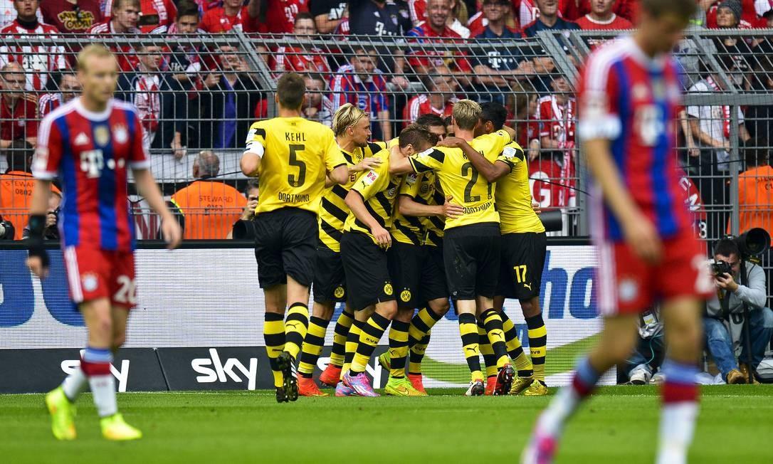 Jogadores do Borussia comemoram gol sobre o Bayern de Munique na final da Supercopa da Alemanha Foto: Sascha Schuermann / AP