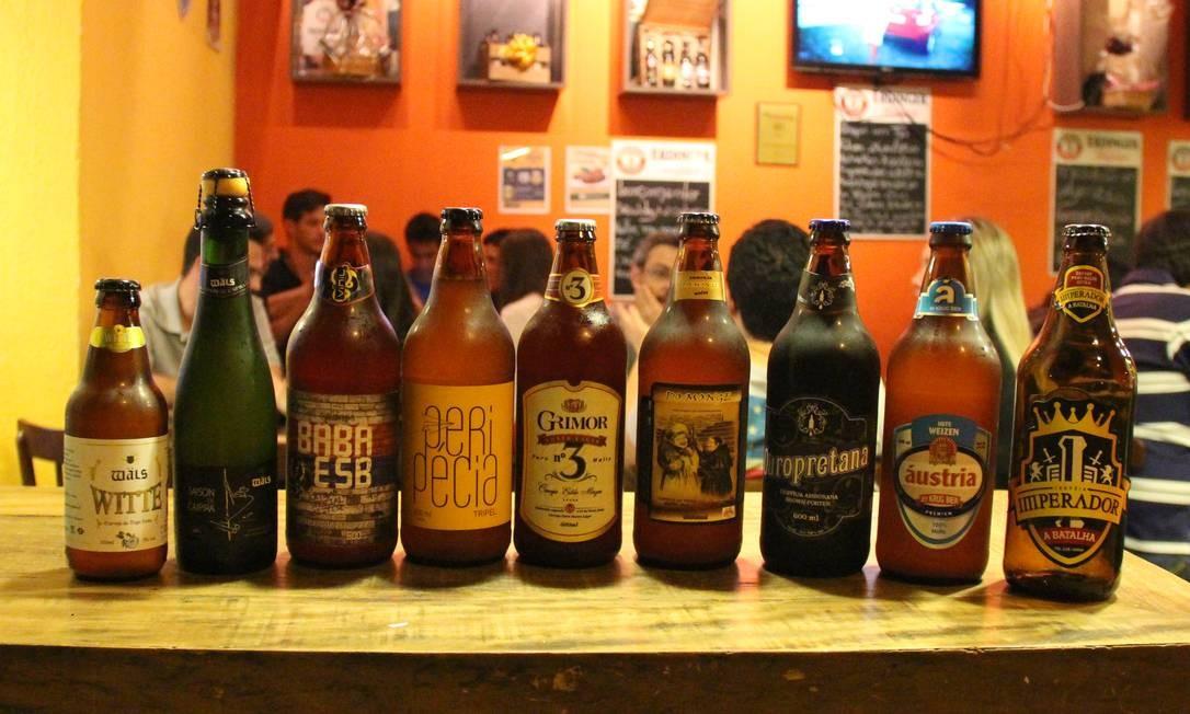 Cervejas artesanais produzidas em Minas Gerais fazem parte do cardápio do bar Adriano Imperador da Cerveja, especializado em rótulos especiais, em Belo Horizonte Foto: Eduardo Maia / O Globo