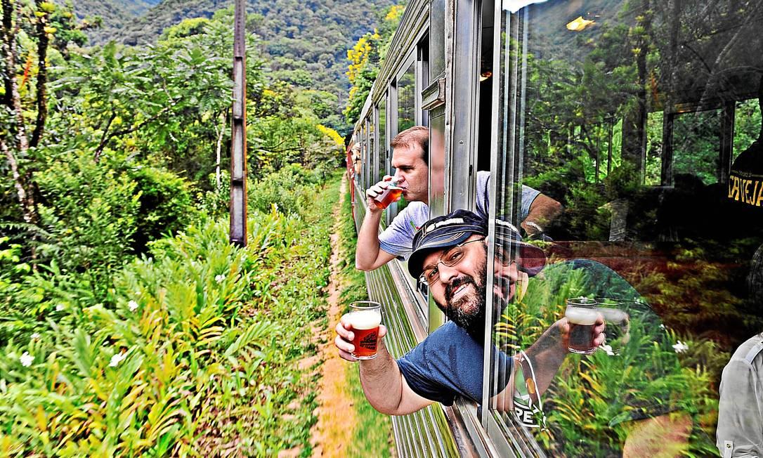 Vagão. Participantes do Beer Train, organizado pela cervejaria Bodebrown, na viagem entre Curitiba e Morretes Foto: Denis Ferreira Netto / Divulgação