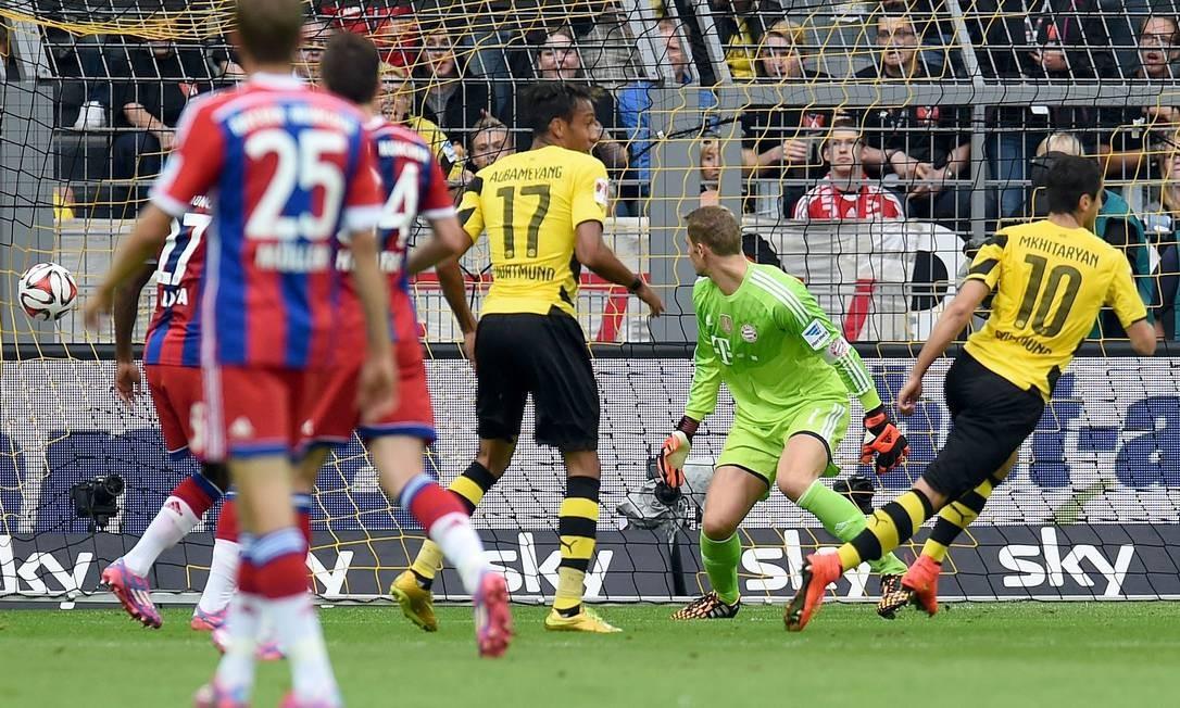Mkhitaryan chuta forte, vence Neuer, e marca o primeiro gol do Borussia Dortmund na decisão Foto: Patrik Stollarz / AFP
