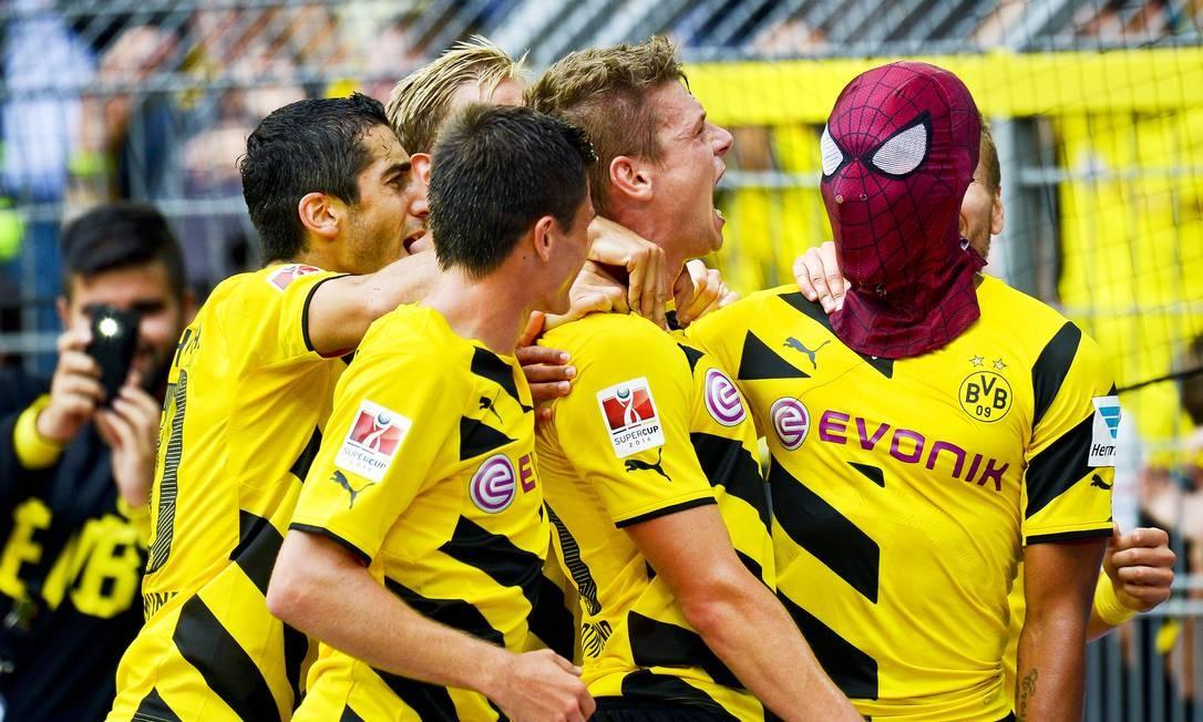 Autor do segundo gol, Aubameyang faz pose de super-herói Foto: Sascha Schuermann / AP