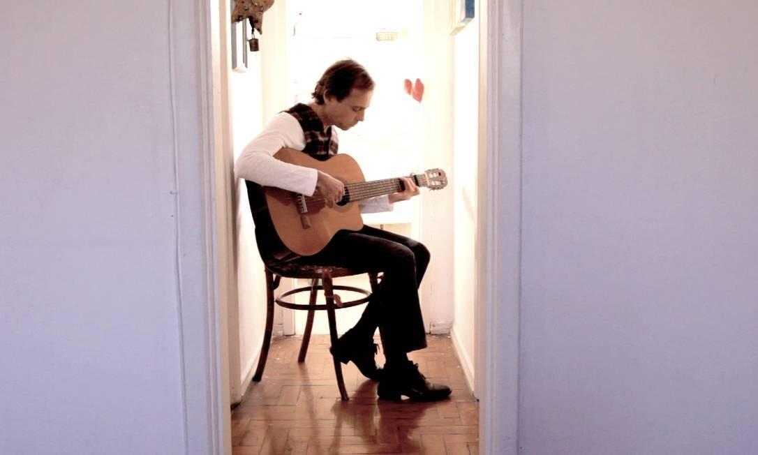 Em casa, Capucho ensaia a canção que dá título ao novo disco Foto: Rafael Saar