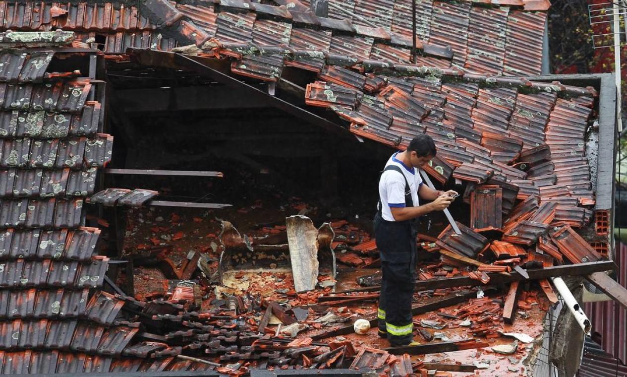 Peritos buscam indícios da causa da queda da aeronave que levava Eduardo Campos Foto: Fernando Donasci / Agência O Globo