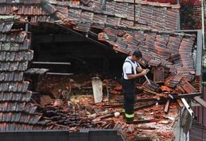 Peritos buscam indícios da causa da queda do avião que levava Eduardo Campos, em Santos Foto: Fernando Donasci / Agência O Globo