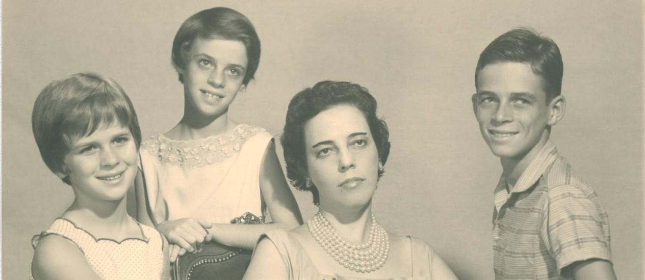 Zuzu Angel com os filhos Hildegard (à esquerda), Ana Cristina e Stuart, em foto de fins dos anos 1950 Foto: Instituto Zuzu Angel / Divulgação