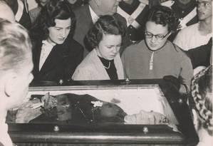24.08.1954 - ARQUIVO O GLOBO - LG - EXCLUSIVO - PRIMEIRAS PAGINAS - SUICÍDIO DE GETÚLIO VARGAS - RECORTE 36 ANegativo número: 166687 Foto: Arquivo