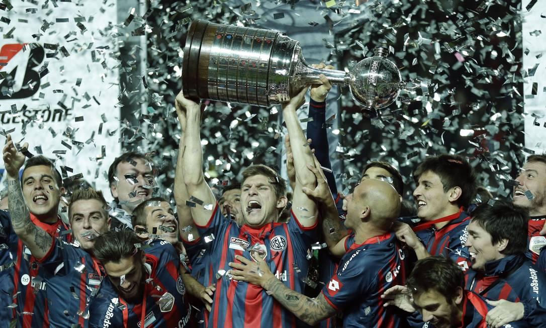 Walter Kannemann ergue a sonhada Taça Libertadores da América conquistada pelo San Lorenzo Foto: Victor R. Caivano / AP