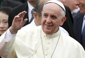 O Papa acena em sua chegada à Base Aérea de Seul em Seonganam Foto: YONHAP/REUTERS