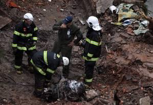 Bombeiros realizam buscas no local do acidente que matou o candidato a Presidência da República Eduardo Campos Foto: Fernando Donasci / Agência O Globo
