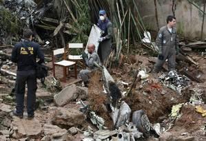 Peritos analisam local da queda de aeronave em busca de restos mortais e pistas sobre a causa do acidente Foto: Michel Filho / Agência O Globo