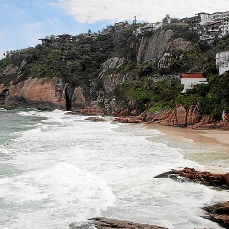 Bonito e perigoso. O Costão da Joatinga recebe surfistas e pescadores Foto: Fernanda Dias