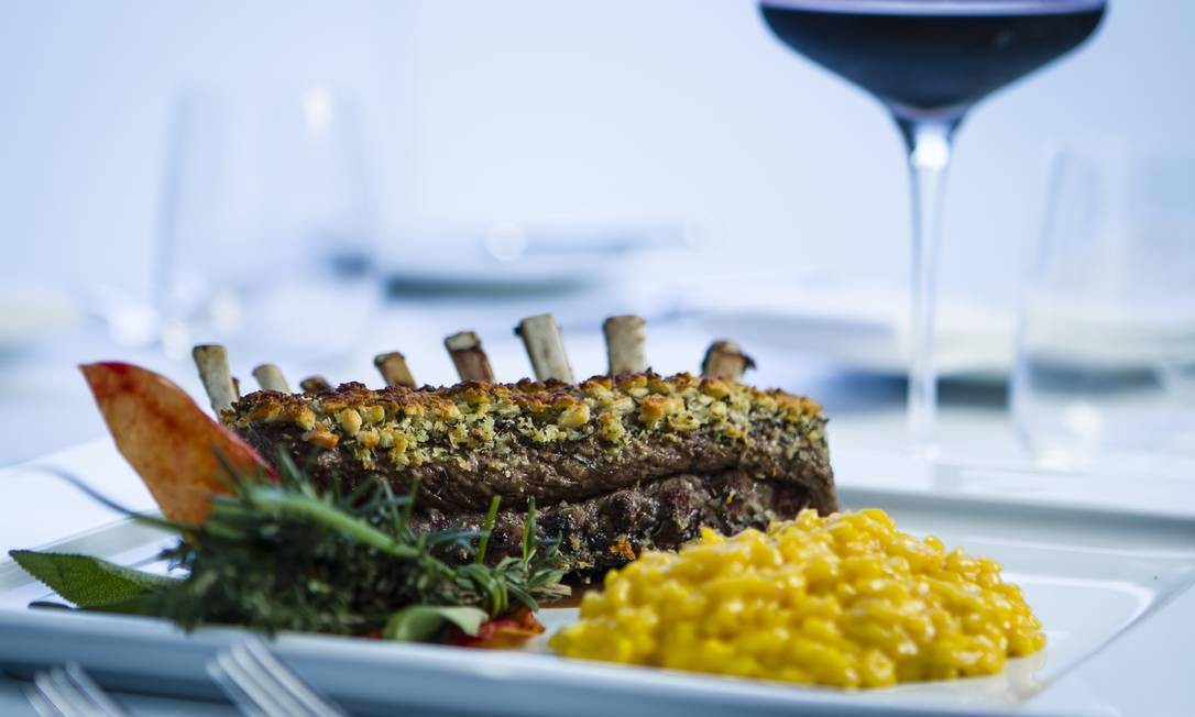 Pente de cordeiro em crosta de ervas com risoto de açafrão Foto: Fernando Lemos