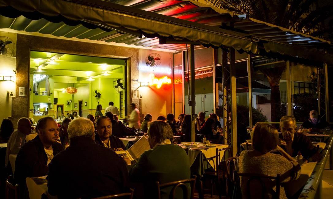 A concorrida varanda do Bar Lagoa Foto: Fernando Lemos