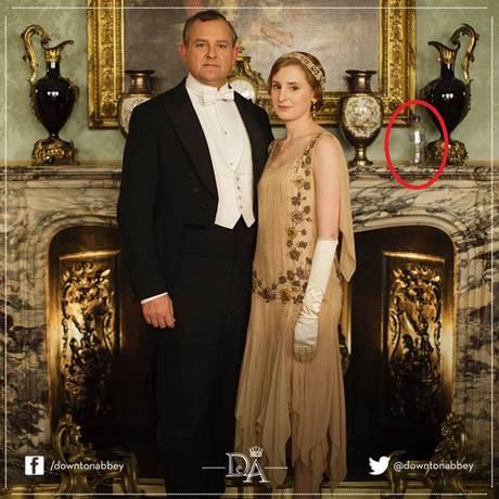 Garrafa plástica aparece em foto promocional de 'Downton Abbey' Foto: Reprodução