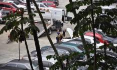 Depósito. Os funcionários da Rodando Legal mexem em um dos veículos apreendidos Foto: Foto do leitor