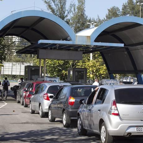 No posto da Barra da Tijuca, motoristas enfrentam, debaixo de sol, longa fila para fazer a vistoria de seus veículos: a demora no atendimento é uma queixa constante Foto: Márcia Foletto / Agência O Globo