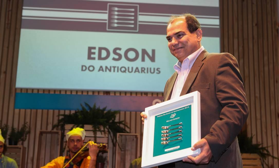 O prêmio de melhor garçom ficou com Edson, do Antiquarius Foto: Cecília Acioli/O Globo