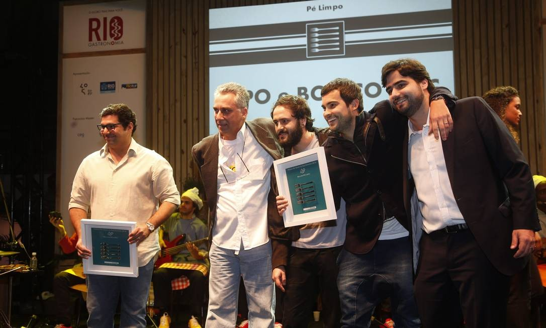 A turma do Boteco DOC recebeu o prêmio de melhor pé-limpo, empatado com o Pipo, do Felipe Bronze Foto: Marcelo Carnaval / Agência O Globo