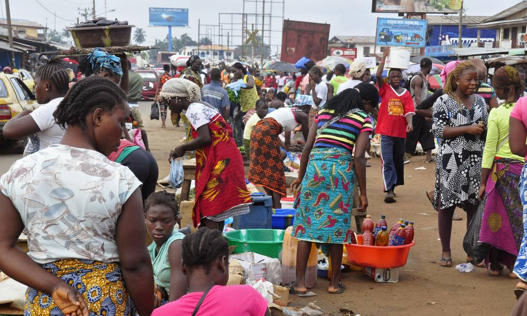 Women sell food stuff at one of the largest local markets in the city of Monrovia, Liberia, Friday, Aug. 15, 2014. The World Food Program says 1 million people in Guinea, Liberia and Sierra Leone may need food assistance in the coming months, as measures to slow Ebolas spread have caused price hikes and slowed the flow of goods to isolated areas. (AP Photo/Abbas Dulleh) Foto: Abbas Dulleh / AP