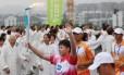 Estudante do ensino médio segura a tocha na abertura dos Jogos Olímpicos da Juventude em Nanquim, na China