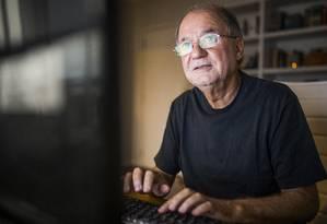 O autor Marcílio Moraes em seu escritório no Leblon, no Rio Foto: Fabio Seixo / Agência O Globo