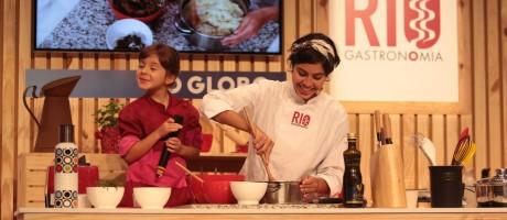 Bela Gil teve a filha Flor como ajudante na aula do Circuito Rio Gastronomia Foto: Cecília Acioli/O Globo