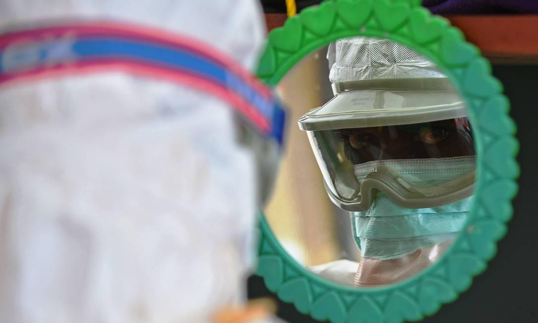 Médico veste roupa de segurança em Serra Leoa, que está no epicentro do pior surto de Ebola do mundo Foto: CARL DE SOUZA / AFP