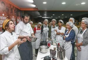 No Espaço Senac, o chef Damien Montecer e a nutricionista Amanda Wanderley ensinaram a preparar madeleine e biomassa verde Foto: Marco Sobral/O Globo