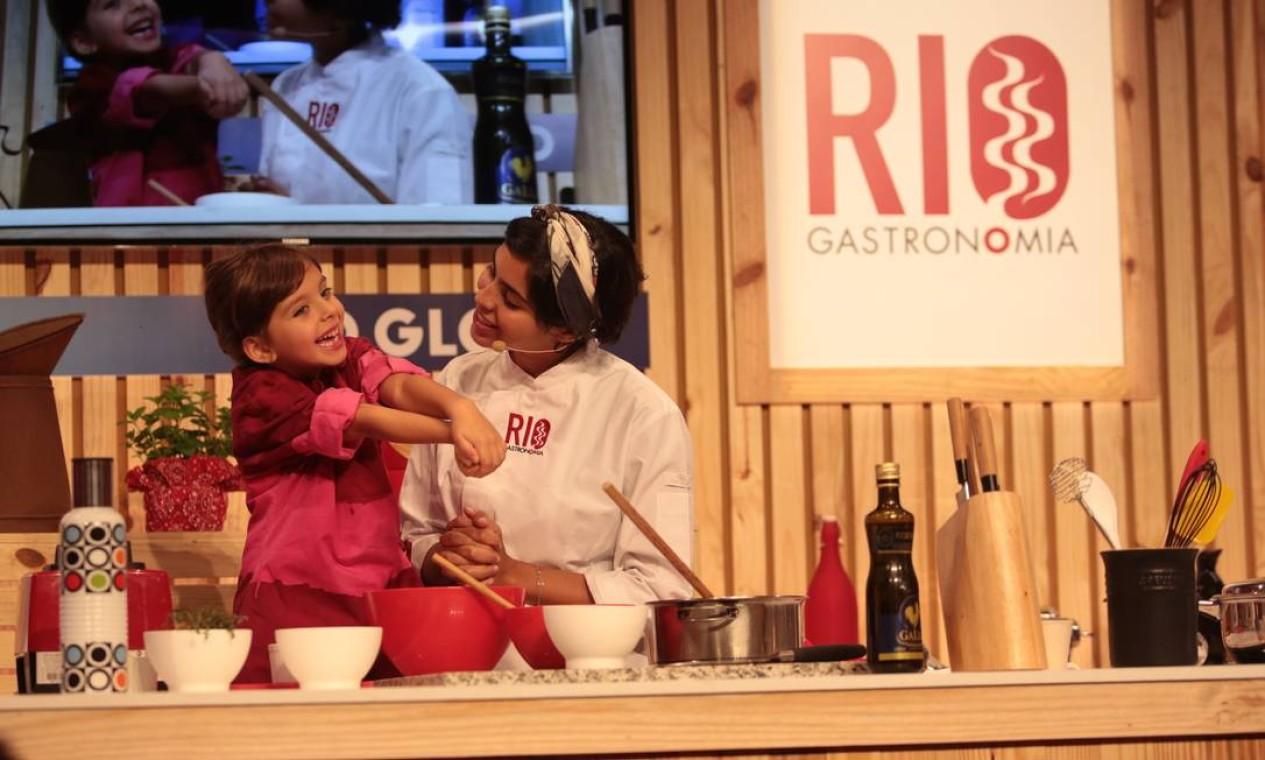 Bela Gil contou com a ajuda da filha Flor em aula no Circuito Rio Gastronomia Foto: Cecília Acioli/O Globo