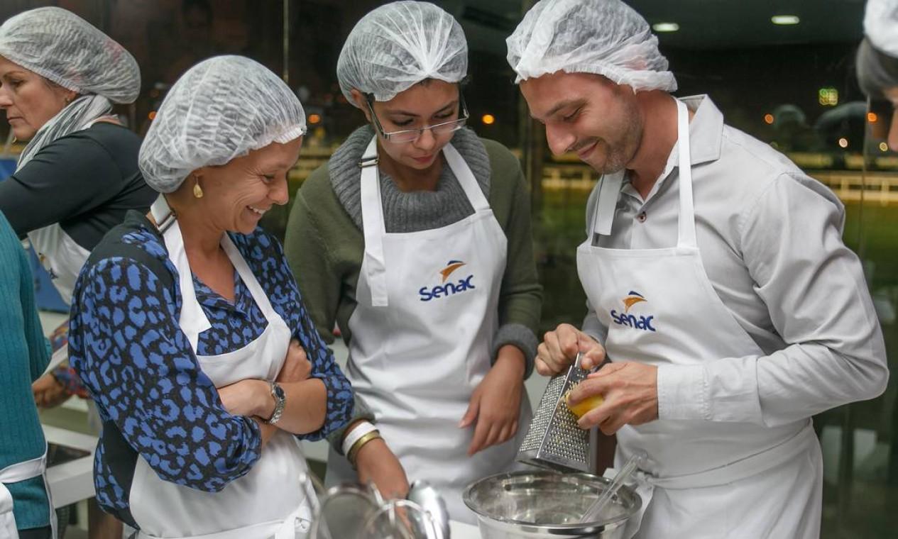 """O público participante da aula """"Cozinha francesa detox"""" no Espaço Senac Foto: Marco Sobral/O Globo / O Globo"""