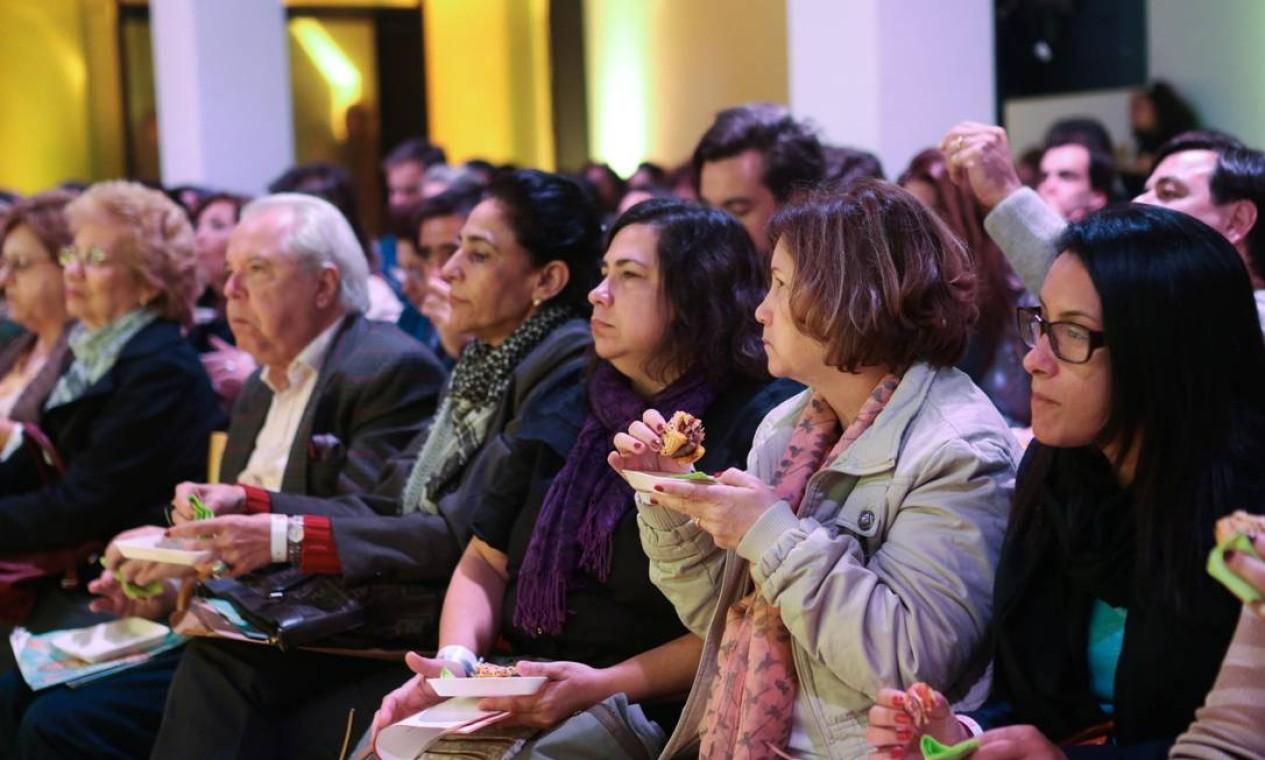 O público degusta o hambúrguer criado por Thomas Troisgros e Pedro de Artagão Foto: Cecília Acioli/O Globo