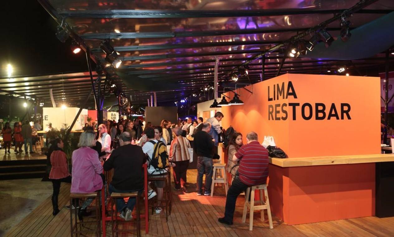 A área de convivência ficou movimentada na noite de sexta-feira Foto: Cecília Acioli/O Globo
